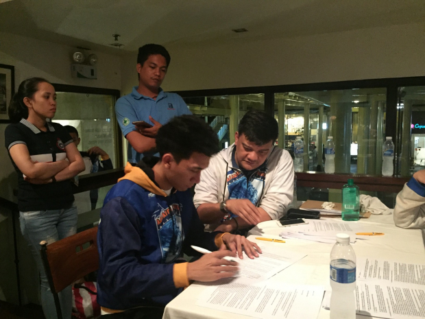 Vidal signs the contract to join the Mandaluyong El Tigre team of the Maharlika Pilipinas Basketball League (MPBL)