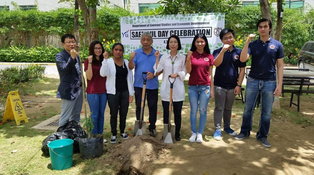 Luke De Leon celebrates Saemaul Day with peers and mentors