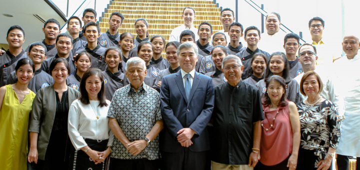 U.S. Ambassador to the Philippines Sung Kim (center) together with Tuloy Foundation culinary scholars, Enderun Colleges President Dr. Edgardo Rodriguez (4th from left) and Tuloy Foundation Founder and President Fr. Rocky Evangelista (6th from left)