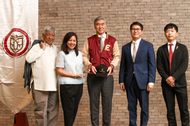 Enderun Colleges President Dr. Edgardo Rodriguez, Enderun Colleges Vice President for Marketing Tricia Tensuan, U.S. Ambassador to the Philippines Sung Kim, Enderun Colleges Co-founder and Senior Vice President Danny Perez and Enderun Colleges student Jun Kwon