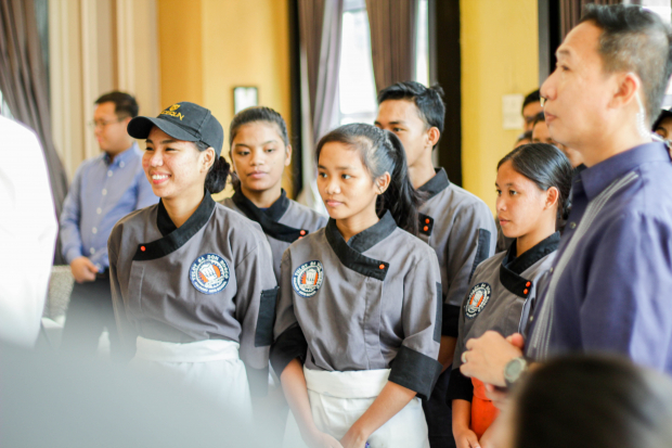 Tuloy Foundation culinary scholars welcomes U.S. Ambassador to the Philippines Sung Kim
